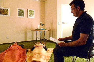 Martin Bathe liest in einem Entspannungskurs seinen Kursteilnehmern vor.