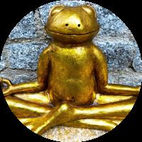 Goldener Frosch in Meditations-Haltung.