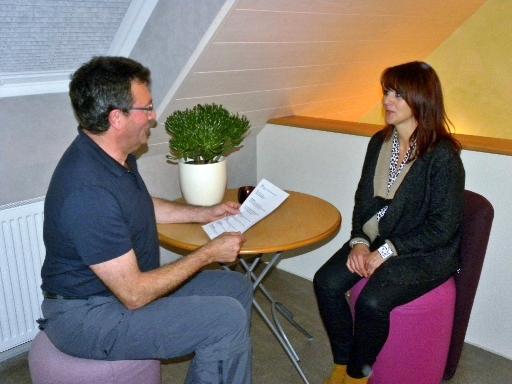 Therapeut Martin Bathe im Einzeltraining mit einer Frau.